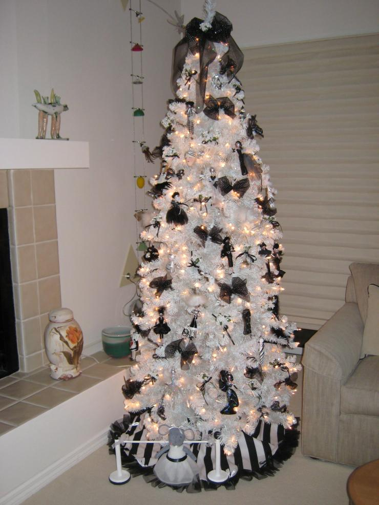 black and white treewould be elegant for christmas too - Black Halloween Tree
