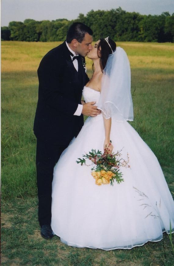Wedding_kiss_in_meadow